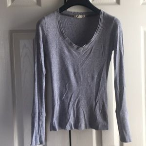 Long sleeve v neck shirt in gray color
